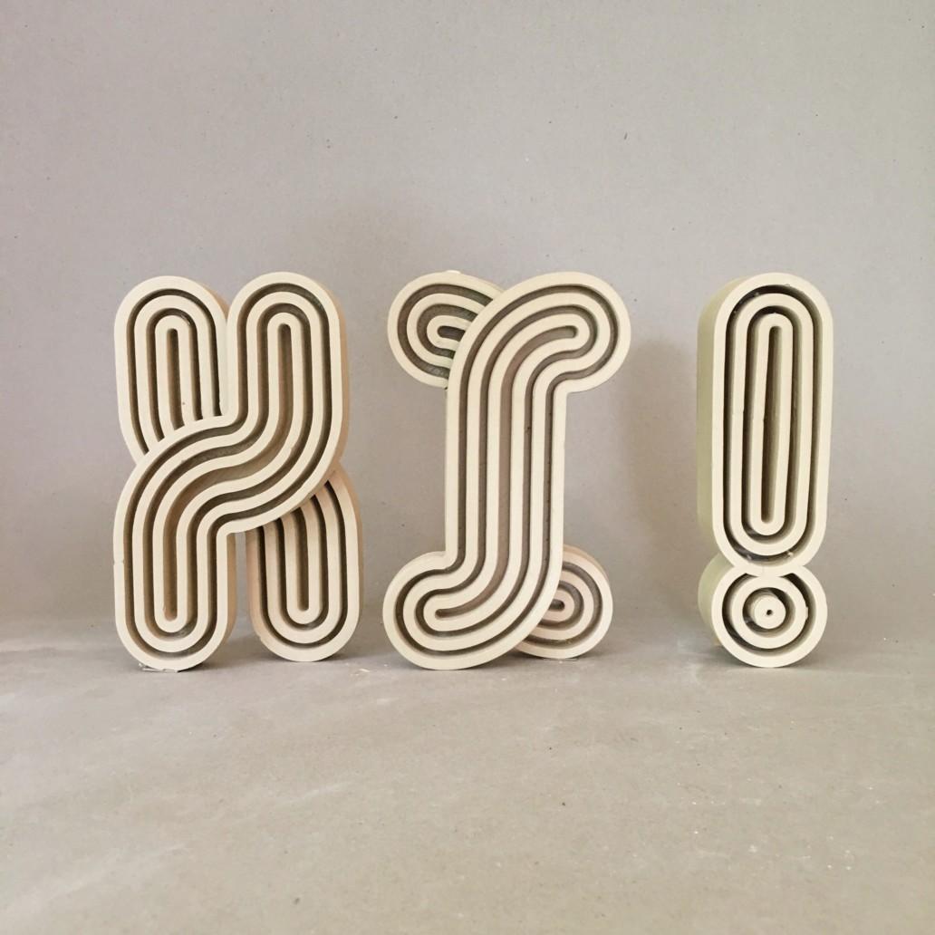 HI ! —schwere Buchstaben aus Steinzeug